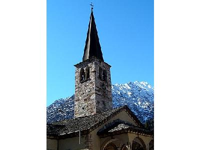 Photo Church Tower With Mountain In Background Building