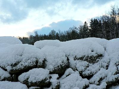 Photo Stone Wall With Snow Landscape